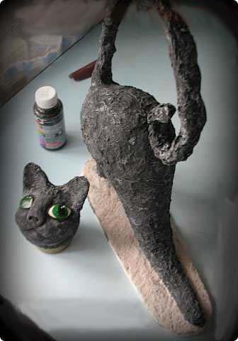Кот из папье-маше с изумрудными глазами