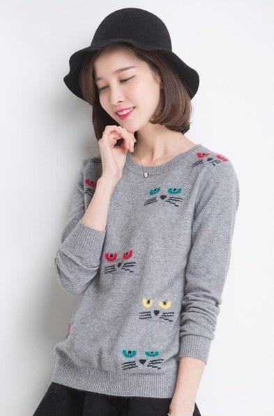 Женский пуловер с кошками спицами