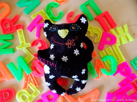 Чёрный котик с вышивкой