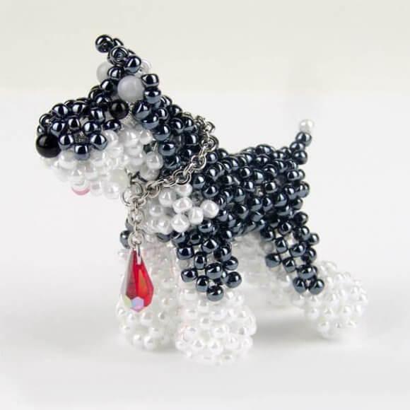 Собака из белого и чёрного бисера